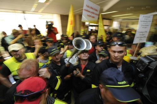Demonstranti pronikli do vestibulu ministerstva vnitra