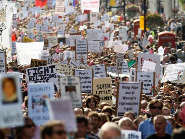Demonstrace proti papežově návštěvě Británie