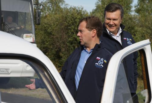 Dmitrij Medveděv a Viktor Janukovyč se vydávají na trať rallye