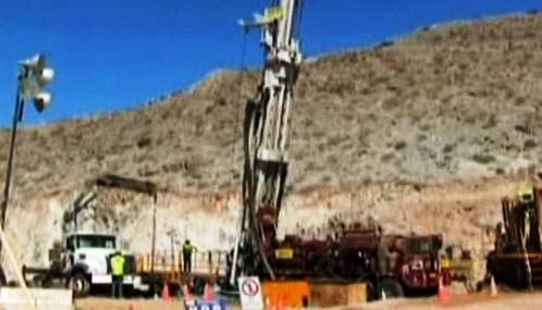 Záchranáři hloubí tunel k zasypaným chilským horníkům