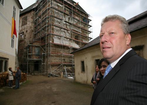 Ministr kultury Besser na nádvoří hradu Bečov