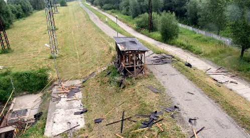 Zničená budka u dálnice