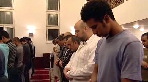 Muslimové při pravidelné modlitbě