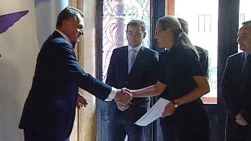Bohuslav Svoboda předává přihlášku do ODS