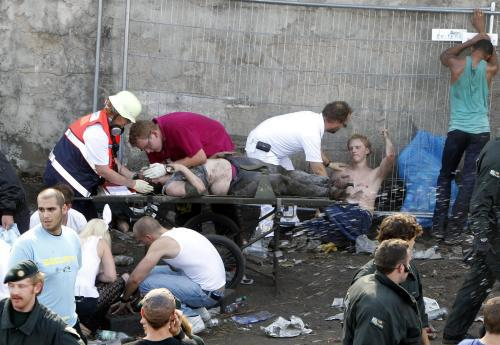 Záchranáři dávají první pomoc na Loveparade