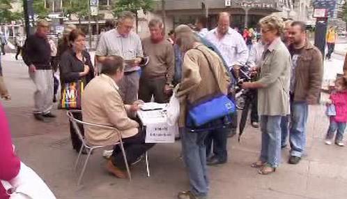 Němci podepisují petici za odvolání starosty Duisburgu