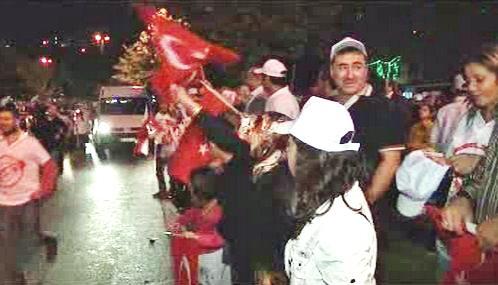 Turci oslavují výsledky referenda o ústavě