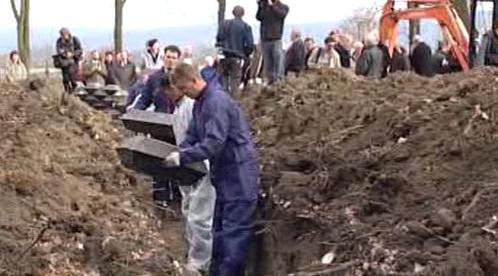 Ukládání rakví dio hrobů