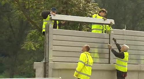 Technici montují protipovodňovou stěnu
