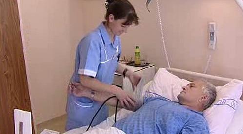 Zdravotní sestra měří tlak