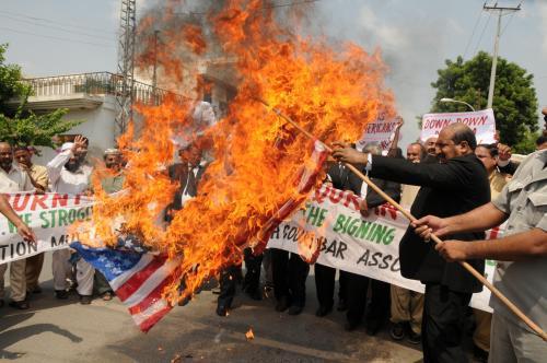 Pákistánští právníci pálí americkou vlajku