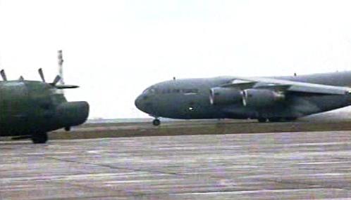 Přistávající vojenské letadlo