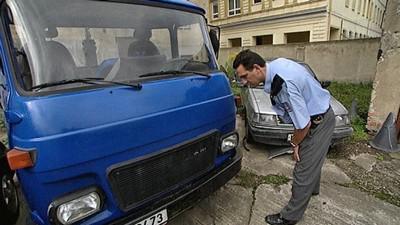 Policista zkoumá ukradenou Avii
