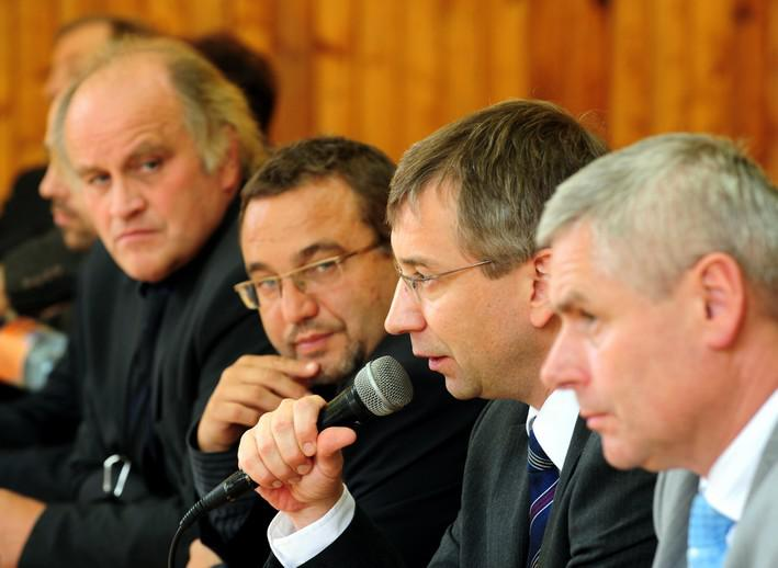 Jaromír Drábek diskutuje s rodiči žáků ZŠ v Předlicích