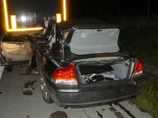 Následky srážky auta s kamionem