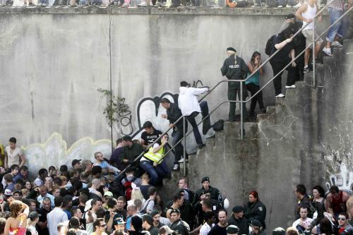 Policie vytahuje účastníky festivalu z davu