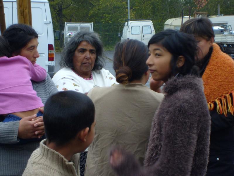 Romské ženy s dětmi v táboře