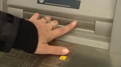 Zaslepovací lišta, pomocí které lze zachytit peníze v bankomatu
