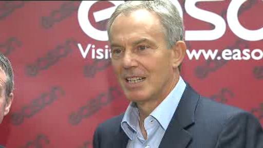 Tony Blair při autogramiádě