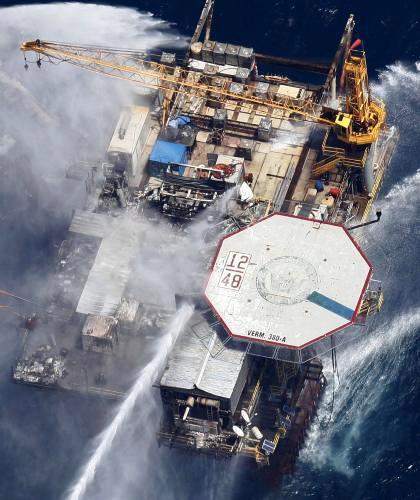Hořící ropná plošna