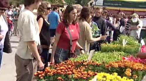 Kupující na farmářských trzích v Plzni