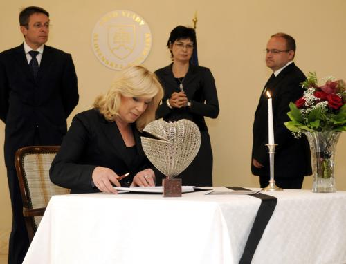 Iveta Radičová se podepisuje do kondolenční knihy