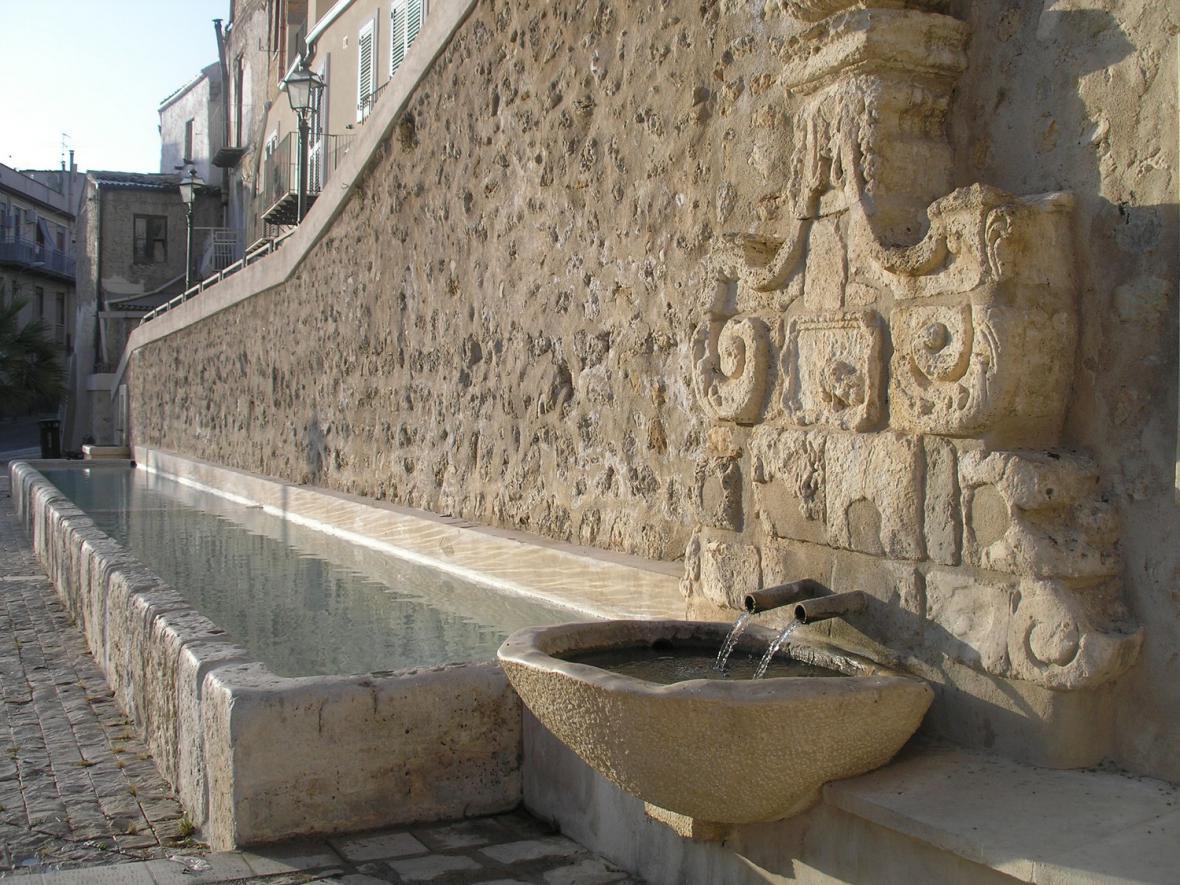 Zrenovovaná fontána ve městě Grotte