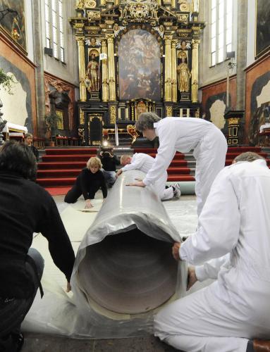 Snímání Škrétova obrazu z oltáře v Týnském chrámu