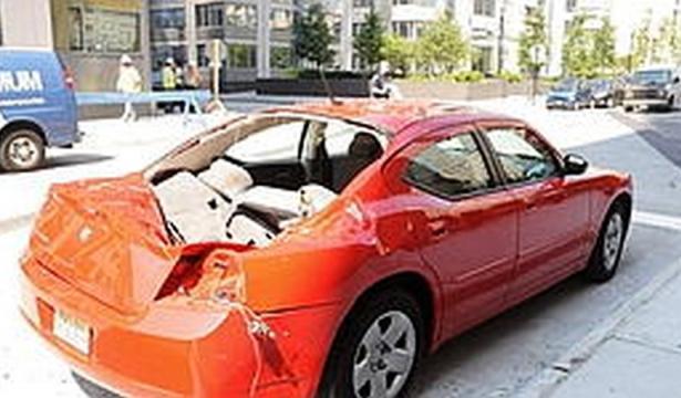 Dodge Charger zdemolovaný padajícím sebevrahem Magillem