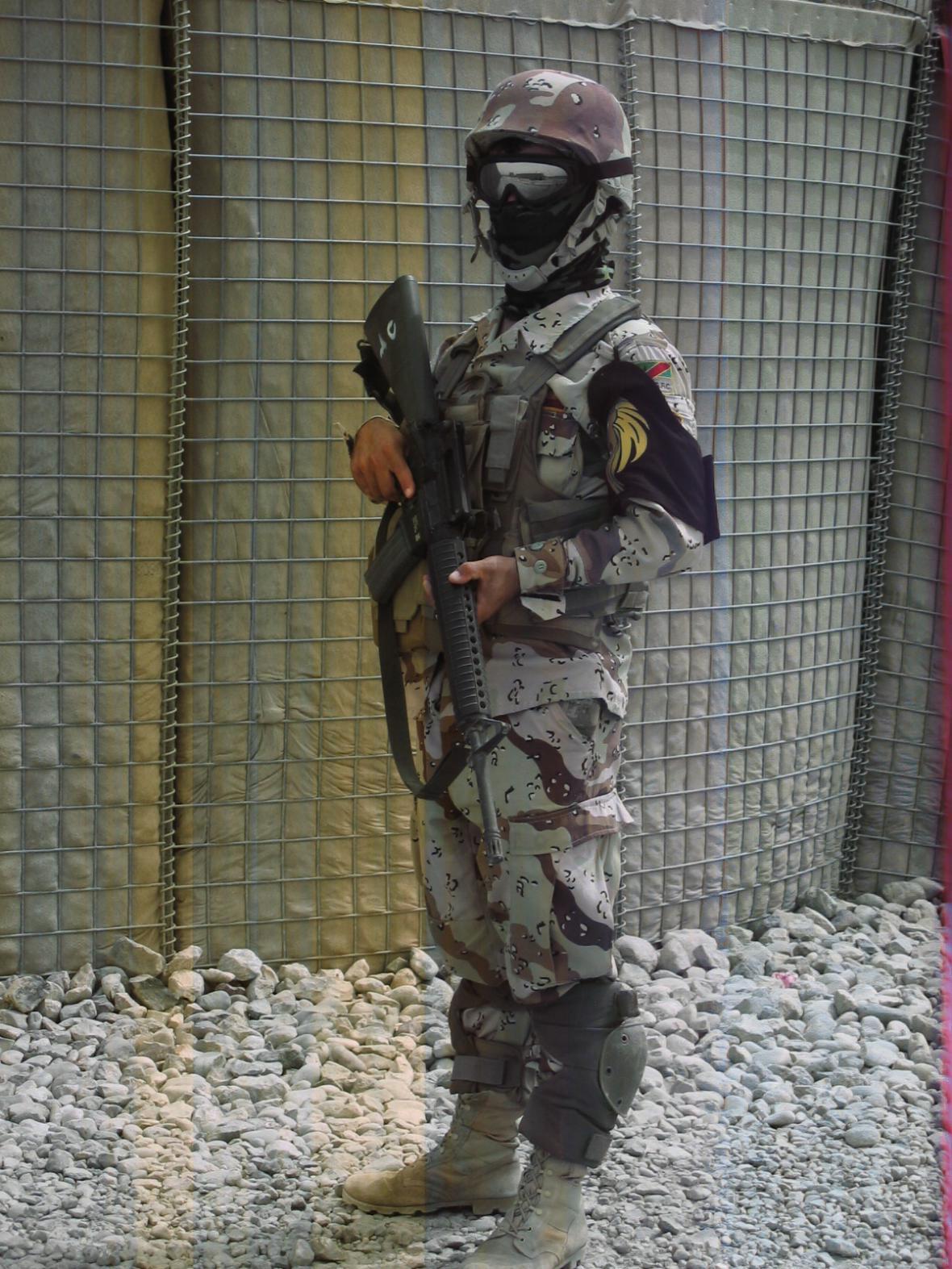 Irácký voják na kontrolním stanovišti