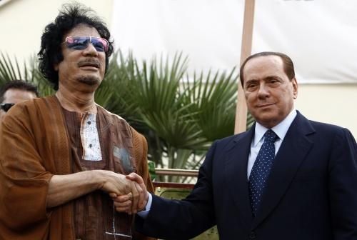 Muammar Kaddáfí se zdraví se Silviem Berlusconim