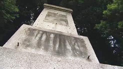 Poškozený památník v Omlenicích