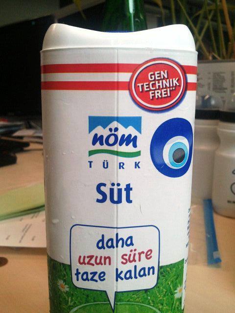 Rakouské mléko s tureckými nápisy