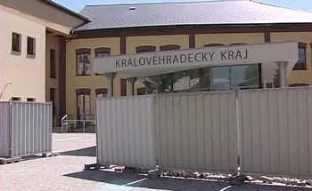 Do sídla Královéhradeckého kraje zatéká