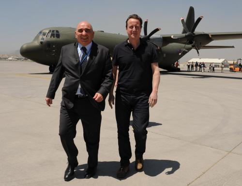 David Cameron přistává v Kábulu