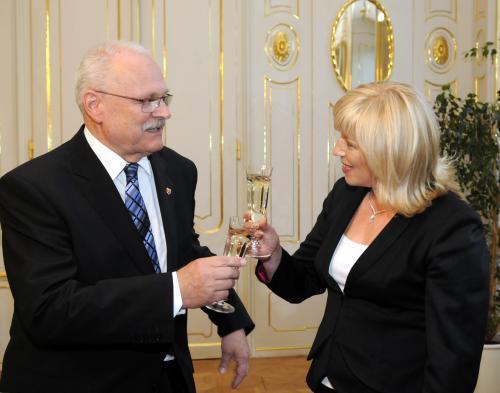Ivan Gašparovič jmenoval Ivetu Radičovou slovenskou premiérkou