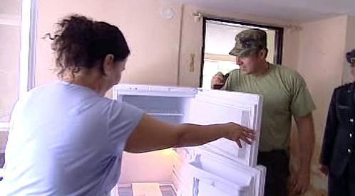 Vojáci předávají dar - novou lednici