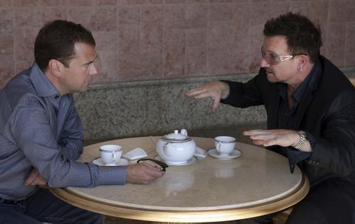 Dmitrij Medveděv diskutuje nad šálkem čaje se zpěvákem Bono Voxem