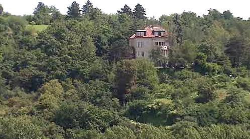 Jediná vila stojící na svahu pod Kavčími Horami