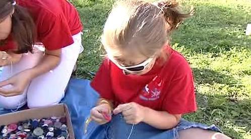 Děti vytvářejí návlek z knoflíků