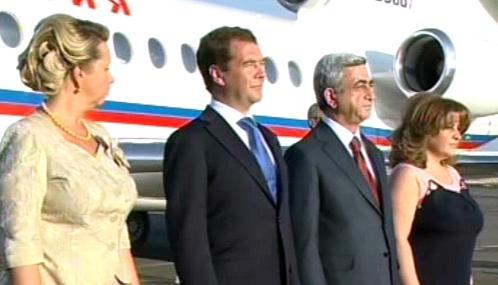Serž Sargsjan a Dmitrij Medveděv s manželkami