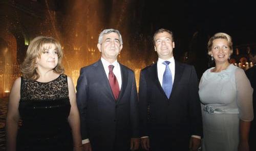 Serž Sargsjan a Dmitrij Medvěděv s manželkami