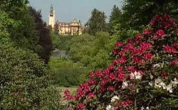 Pohled na Průhonický zámek z parku