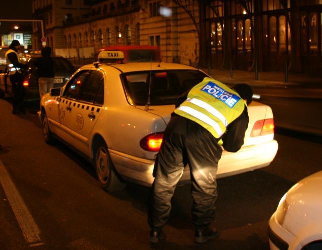 Policista kontroluje auto