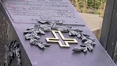 Poničený pomník bitvy u Hradce Králové