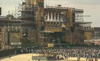 Stavba scény pro koncert Rolling Stones na Strahově roku 1990