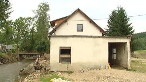 Poničený dům