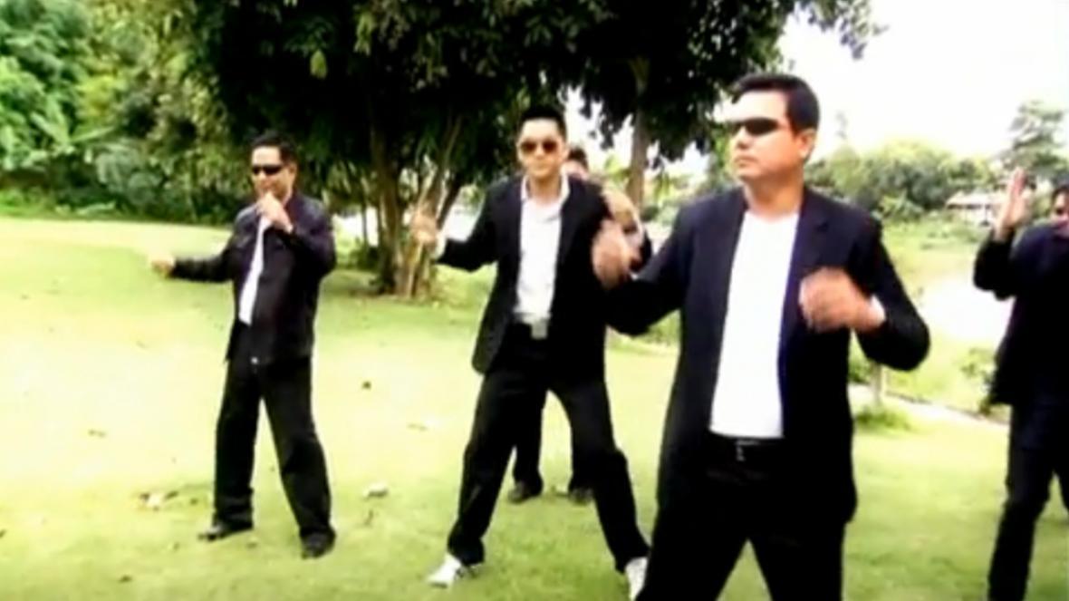 Tančící thajští policisté