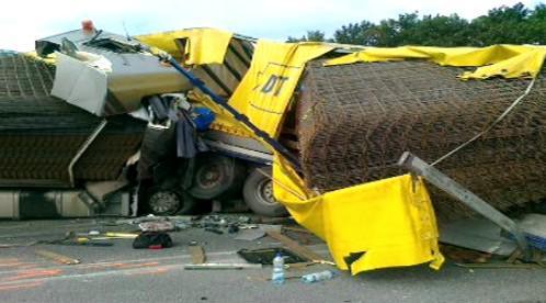 Střet dvou kamionů