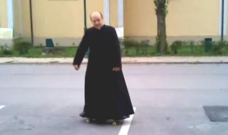 Maďarský kněz na skateboardu